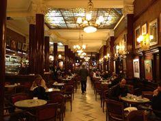 Este edificio se llama Café Tortoni . Está en Buenos Aires, Argentina. Puedes pedir muchos bebidas y postres.