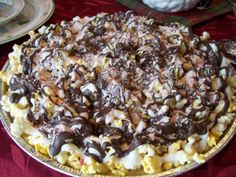 Chocolate Drizzzled Popcorn with Peppermints - Gluten Free http://simplylivinghealthy.org/2012/12/11/the-easiest-tastiest-prettiest-homemade-christmas-treat/