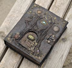 book with door on the cover Handmade Journals, Handmade Books, Homemade Journal, Altered Book Art, Cool Books, Magic Book, Paperclay, Polymer Clay Art, Journal Covers