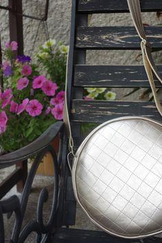 Zlatá+kabelka+Johanka+Kulatá+messenger+kabelka+na+všechny+nezbytnosti+v+barvě+letošního+léta.+Přední+strana+ozdobně+prošívaná,+zadní+strana+hladká.+Vnějšek+i+vnitřek+vyztužený,+pěkně+drží+tvar.+Bez+kapsiček!+Materiál:+koženka,+vnitřek+česká+bavlna.+Rozměr:+průměr+cca+24+cm+Údržba:+Doporučuji+otírat+vlhkým+hadříkem