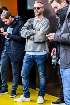 オーバーサイズのトップスにジーンズを合わせた春コーデ