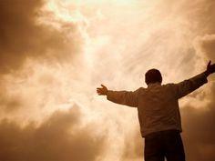 Nunca pierda la fe. No desfallezca, es tiempo de resistir. Para dondequiera que uno mire hay crisis: personales, familiares y colectivas, y esto tiene razones poderosas para suceder. No se asuste, ni se decepcione del mundo, mucho menos de la vida o del ser humano; porque aunque parezca otra cosa, estamos en la antesala de un gran cambio, pero para hacer espacio, muchas cosas inservibles tienen que depurarse: de su mente, de sus emociones, de su cuerpo, de su estilo de vida, y de la de…