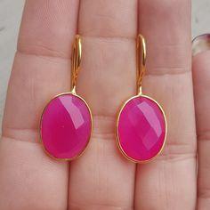 Goud vergulde oorbellen met ovale fuchsia roze Chalcedoon