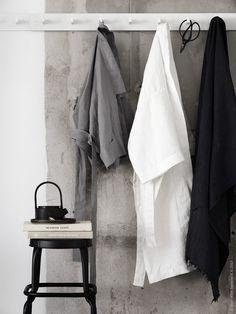 We decorated a harmonious room with kimonos made by IKEAs linen fabric in my latest work for Livet hemma. Wabi Sabi, Bathroom Inspiration, Interior Inspiration, Bathroom Inspo, Pella Hedeby, Hacks Ikea, Interior Styling, Interior Design, Interior Rendering