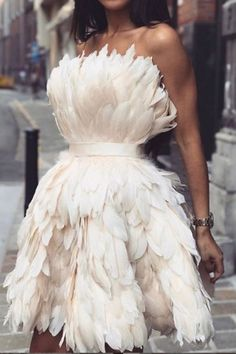 This beautiful feather dress made longer. Pretty Dresses, Beautiful Dresses, Short Dresses, Prom Dresses, Mini Dresses, Paris Chic, Festa Party, Feather Dress, Mode Editorials