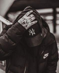 """Polubienia: 5,135, komentarze: 22 – Żurnalista.pl (@zurnalistapl) na Instagramie: """"Więcej zdjęć u @kingakossobucka // serio to tak fajna, wrażliwa i zdolna osoba, że będzie mi…"""" Mafia, Savage, Art Photography, Wattpad, Hands, Ink, Instagram, Fashion, Pictures"""