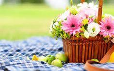 Подобная композиция будет стоить 1800 рублей. Возможный состав: роза эустома, хризантемы или герберы, зелень; корзина, размер композиции ~ 30*40 см
