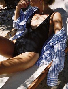 """Rien de tel qu'une chemise rayée un peu trop grande pour """"cooliser"""" un maillot une pièce noir (photo Lucy Williams)"""