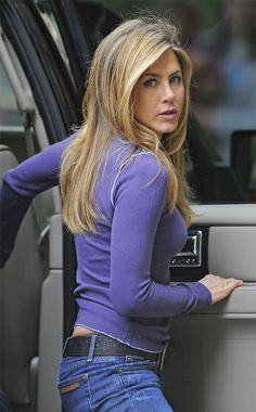 Jennifer Aniston Style and Fashion - Celebrity Style Guide Estilo Jennifer Aniston, Jennifer Aniston Pictures, Jennifer Aniston Style, Rachel Green, Jeniffer Aniston, John Aniston, Celebrity Style Guide, Justin Theroux, Corte Y Color