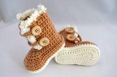 Botinha confeccionada em lã, nas cores vermelho tinto e creme. (cor única) <br>Uma ótima opção para presentear o bebê de uma amiga, ou seu próprio bebezinho. <br>Tamanhos disponíveis para encomendas: <br>0 - 3 meses (9 cm) <br>3 - 6 meses (10 cm) <br>6 - 9 meses (11,5 cm)