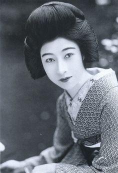戦前~戦後のレトロ写真(@oldpicture1900)さん   Twitter 八雲恵美子(1903-1979)。大正末期から昭和初期の代表的女優の一人です。元は大阪の芸妓さんでしたが松竹蒲田に入社してスターに。美形ですが表情の変化が上手く、演技派として高く評価されています。
