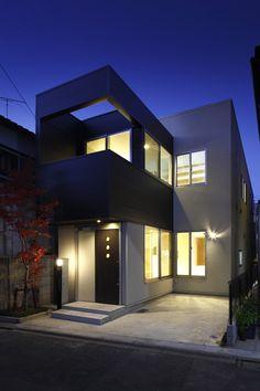 世田谷区原町にある狭小住宅の作品事例です。間口が狭く奥行きが細長い敷地に光が差し込む空間設計と庭のシンボルツリーが特徴的な狭小住宅です。 House Exteriors, Cottages, Habitats, House Plans, Houses, Mansions, Architecture, House Styles, Home Decor