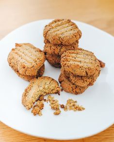 Gluten free, dairy free, vegan (optional). Whip up these flavour bombs in just 15 minutes! Not only are these cookies super simple - they're vegan, gluten free, dairy free and - of course - delicious. Perfect to enjoy on their own, or with a cup of your favourite warm drink… Healthy Fats, Healthy Desserts, Poppy Seed Cookies, Cookie Time, Dairy Free, Gluten Free, Cookies Ingredients, Almond Flour, Tray Bakes