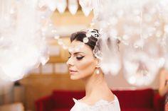 Noiva Bianca Sayão, optou por make de olhos delineados e bem marcados, estilo gatinho.