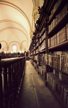 Biblioteca del edificio histórico de la Universidad de Salamanca (España).