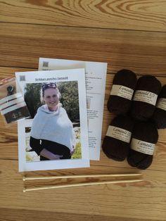Giv en strik-selv-gave, et strikkekit fra Strikbar. Her til en poncho i lamauld.