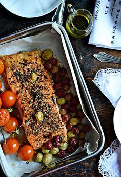Łosoś pieczony z pomidorkami koktajlowymi oraz agrestem