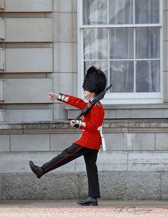 London: Buckingham Palace, Queen's guard Queens Guard, London Attractions, Dancing King, Royal Guard, My Heritage, Buckingham Palace, London City, Home And Away, Elizabeth Ii