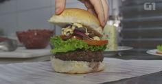 Aprenda a fazer um hambúrguer caseiro recheado com gorgonzola