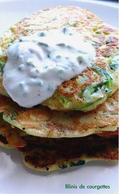 blinis de courgettes 1 petite courgette (20 cm environ) 1 œuf 10 cl de lait 70 g de farine 1 gousse d'ail persil ou coriandre sel, poivre huile ou beurre pour la poêle Sauce 2 cuillères de yaourt grec ciboulette ou herbe sel, poivre