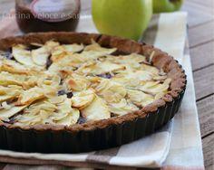 Crostata di mele integrale all'olio,solo qualche cucchiaio di confettura, mele e scaglie di mandorle, pochi ingredienti per un buonissimo dolce genuino.