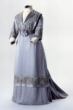 LADIES DRESS LM 68042.1-3 ladies dress with floral motif. Two-piece, gray-blue. Jupe: Front smooth, long back train. Origin: Latvia. Silk taffeta. Circa 1905. mass shell: height 46 cm. (LM-68042.1-3)