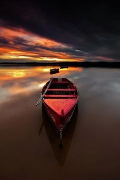 I so love the photographs of an empty boat on the water.....not sure why?