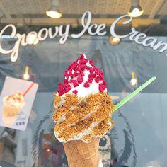ふくろうの絵が目を引く、大阪のカフェ「GUFO(グルービーアイスクリーム グーフォ)」。こちらのソフトクリームが絶品と、話題になっています。どんな味があるのか、人気のメニューなどご紹介します。地元の方はもちろん、観光の際に訪れてみては? Cold Desserts, Gourmet Desserts, Sweet Desserts, Waffle Ice Cream, Yogurt Parfait, Ice Ice Baby, Valentines Food, Soft Serve, Aesthetic Food