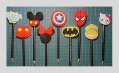 Lápis com ponteira - Feltros da Lore Adult Crafts, Diy And Crafts, Arts And Crafts, Pencil Topper Crafts, Pen Toppers, Rakhi Design, Felt Gifts, Leaf Template, Felt Diy