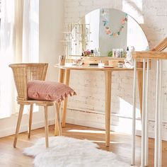 If you are a woman living alone in apartment, you can always show your feminine side by decorating the apartment into a Shabby Chic apartment design. All choice are yours, we provide these 18 examples of how a shabby chic apartment look like. Shabby Chic Apartment, Interior, Apartment Living Room, Living Room Diy, Diy Apartments, Home Decor, Room Inspiration, Living Room Inspiration, Trendy Home