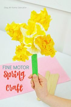 This daffodil spring craft for preschoolers works on developing fine motor skills - easy preschool art for mother's day - fine motor spring activity for preschoolers - flower craft for kids - mothers's day crafts kids can make Spring Crafts For Kids, Mothers Day Crafts For Kids, Crafts For Kids To Make, Diy Arts And Crafts, Summer Crafts, Art For Kids, Kids Crafts, Kid Art, Daffodil Craft