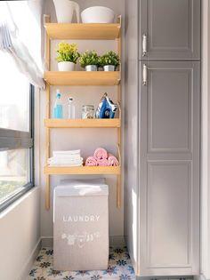 Una cocina pequeña de 8m2 con muy buenas ideas de orden y distribución Made To Measure Furniture, New Kitchen, Laundry Room, Bookcase, Shelves, Storage, Buenas Ideas, Design, Home Decor
