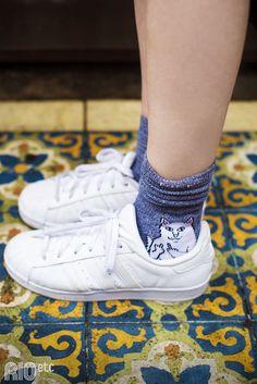RIOetc | Amante do mundo | O sneaker adidas branco fica ainda mais completo com uma meia colorida e engraçada!