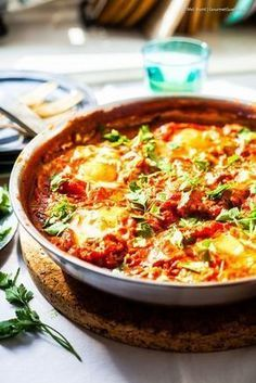 A Jewish family meal - totally delicious, simple, quick and cheap. - Gourmet guerrilla - Shakshouka – A Fast and Delicious Jewish Family Dinner Paleo Dinner, Healthy Dinner Recipes, Cena Paleo, Meat Cooking Times, Cooking Pork, Cooking Turkey, Clean Eating, Healthy Eating, How To Cook Eggs