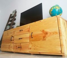 Mueble T.V en madera de palet . Bamboo Cutting Board, Diy, Home, Blog, Furniture Catalog, Wood, Personality, Tips, Bricolage