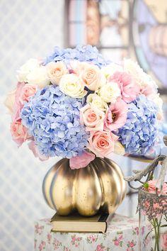 A Invento festa preparou uma linda festinha inspirada no castelo da Cinderela. A decoração em tons pastel trouxe muitas flores e docinhos personalizados