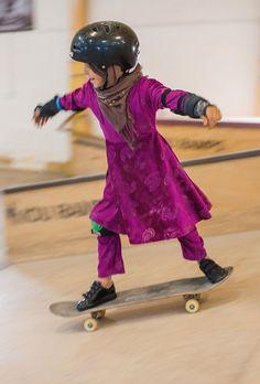 Impedidas de pedalar de bicicleta, meninas afegãs se libertam andando de skate