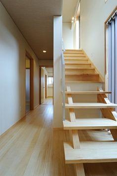 S-K house:プライバシーを優先したホールからの階段。