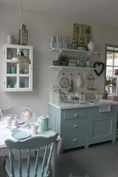 4 Impressive Clever Hacks: Vintage Home Decor Farmhouse Guest Rooms vintage home decor eclectic rugs.Vintage Home Decor Beautiful Living Rooms vintage home decor bedroom apartment therapy.Vintage Home Decor Shabby Vignettes. Cozinha Shabby Chic, Shabby Chic Kitchen, Shabby Chic Homes, Shabby Chic Decor, Vintage Kitchen, Kitchen Decor, Kitchen Shelves, Open Shelves, Kitchen Design
