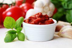 La salsa marinera es una salsa a base de jitomate que se puede utilizar para acompañar pastas, dedos de queso, carnes y mariscos.
