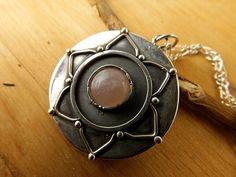 Mandala Pendant in Silver & Pink Quartz. Inspiration por PuntoPausa