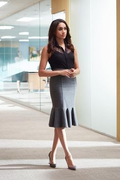 Meghan Markle& character Rachel Zane has taught us a few things about power dressing in the office. Her style is amazing, so here& how to copy it. Power Dressing, Rachel Zane Outfits, Suits Rachel, Donna Suits, Suits Meghan, Meghan Markle Stil, Estilo Meghan Markle, Workwear Fashion, Office Fashion