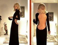 Mireille Darc Guy Laroche La petite robe noire 1972 Grand blonc avec une chaussure noire