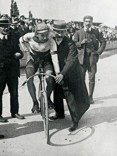 PETIT-BRETON, UN CICLISTA PECULIAR  No podemos sustraernos al comentario de esta clásica, la Milán-San Remo, sin hacer un inciso acerca de sus difíciles comienzos que se remontan al año 1907, apuntando como primer vencedor al francés Lucien Petit-Breton, que era un seudónimo que usó dentro de la gama ciclista