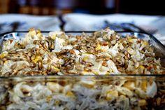 Sałatka z jajkami, kukurydzą i prażonym słonecznikiem...  Drobne łezki makaronu w kształcie ryżu.  Żółte ziarna słodkiej kukurydzy i kostecz...
