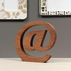 Drewniany znak @, wysokość 20 cm. Wykonana z naturalnego drewna Merbau. Ręcznie polerowana.