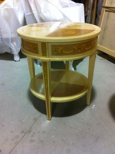 Classic round side table in natural finishing