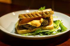 Hamburguer caseiro em pão de forma, queijo cheddar e agrião. Curto e grosso!
