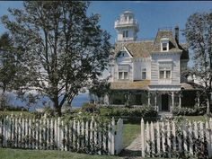 The stunning house featured in the 1998 movie Practical Magic is the ne plus ultra of Victorian homes. (image: Victoria Magazine)