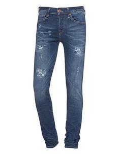 Slim-Fit Jeans im Destroyed-Look Blaue Slim-Fit Jeans aus einer soften Baumwollmischung mit Stretch-Anteil im körperbetonten Schnitt mit leichten Waschungseffekten, Label-Stitching auf den Gesäßtaschen sowie vielen coolen Destroyed Details.  Ein lässiger Alltagsbegleiter - perfekt mit Sneakern!